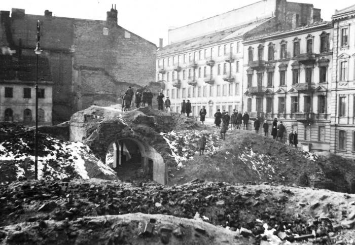 Ruins_of_Warsaw_(1945)_4