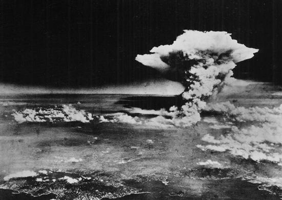 Na zdjêciu archiwalnym zrobionym przez amerykañskie wojsko 06 sierpnia 1945, moment wybuchu bomby atomowej zrzucenej przez Amerykanów na Hiroszimê